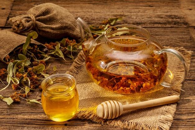 Herbata lipowa suche pachnące kwiaty. słoneczne poranne śniadanie. gorący napój wzmacniający układ odpornościowy, medycyna alternatywna