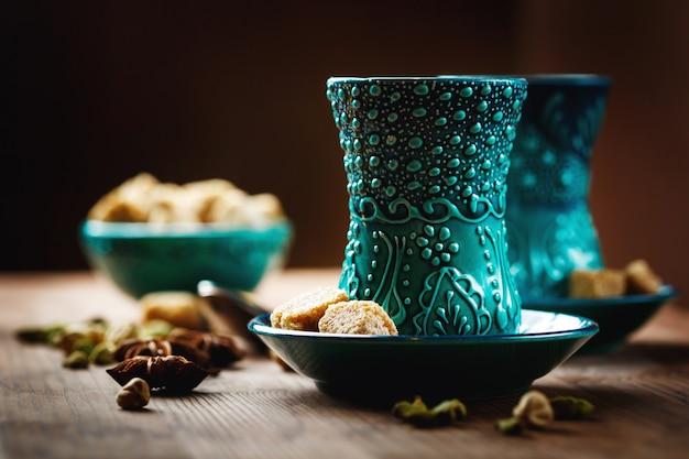 Herbata lub gorące wino z różnymi przyprawami