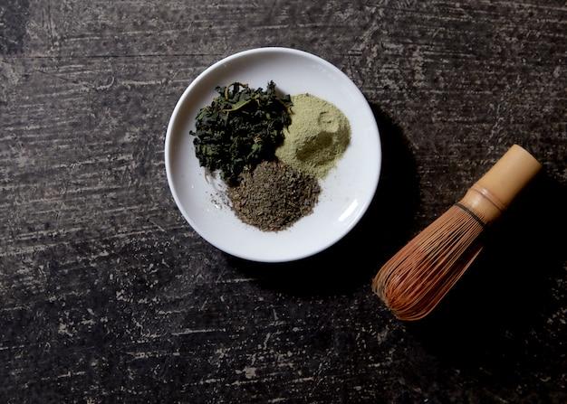 Herbata macha na powierzchni drewnianej