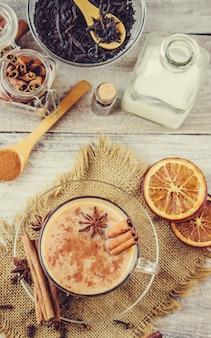 Herbata masala. selektywna ostrość. jedzenie i picie.