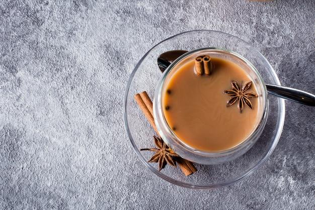 Herbata masalamasala w ceramicznym kubku z przyprawami