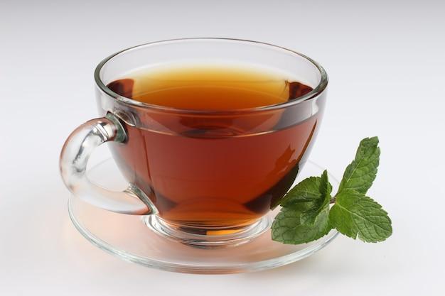 Herbata miętowa na białym
