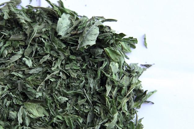 Herbata miętowa zielone liście suszona mięta pieprzowa na białym