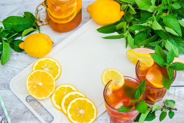 Herbata mrożona, cytryna i mięta. selektywna ostrość.