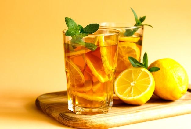 Herbata mrożona z cytryną i miętą