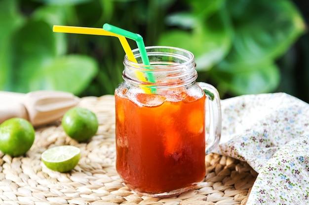 Herbata mrożona ze świeżą limonką z rozwiertaka cytrynowego