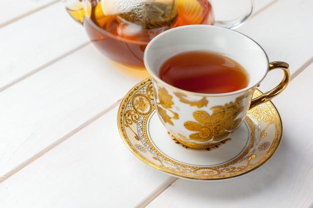 Herbata na drewnianym stole