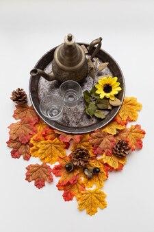 Herbata na rustykalnej tacy z liśćmi klonu i jesiennymi elementami