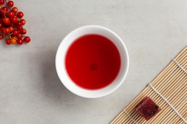Herbata omija omija cha znana również jako herbata schizandra w białej misce parzona z jagodami schisandry