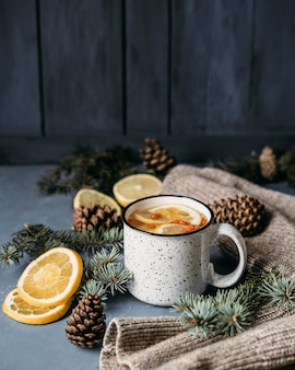 Herbata pod wysokim kątem z cytryną i rokitnikiem w kubku