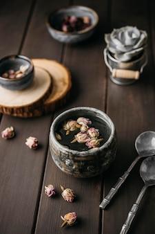 Herbata pod wysokim kątem z suszonymi kwiatami