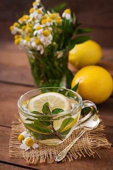 Herbata rumiankowa z cytryną i miętą. herbata ziołowa. menu dietetyczne. odpowiednie odżywianie.