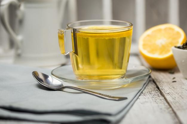 Herbata w szklanej filiżance liści mięty suszona herbata pokrojona cytryna.