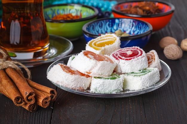 Herbata w tradycyjnym szkle armudu ze słodyczami