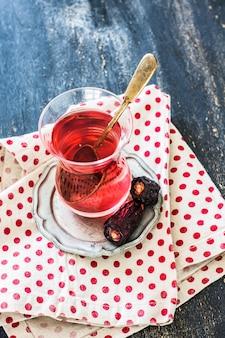 Herbata wschodnia i herbata z daktylami