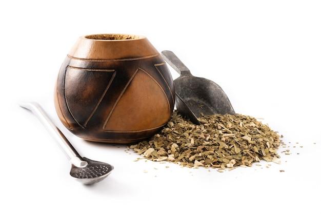 Herbata yerba mate na białym tle. tradycyjny napój argentyński