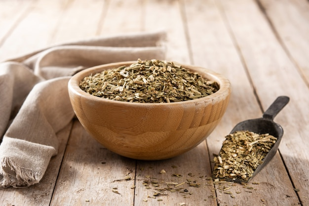 Herbata yerba mate na drewnianym stole. tradycyjny napój argentyński