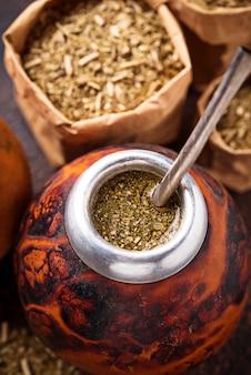 Herbata yerba mate z tykwą i bombillą.