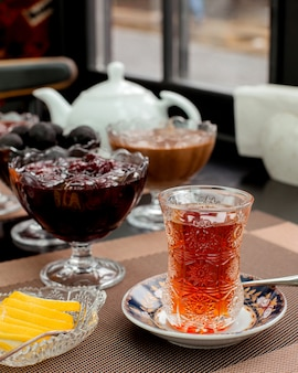 Herbata z cytryną i dżemem