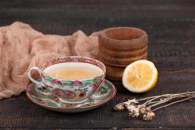 Herbata z cytryną i pierwiosnkami na stole