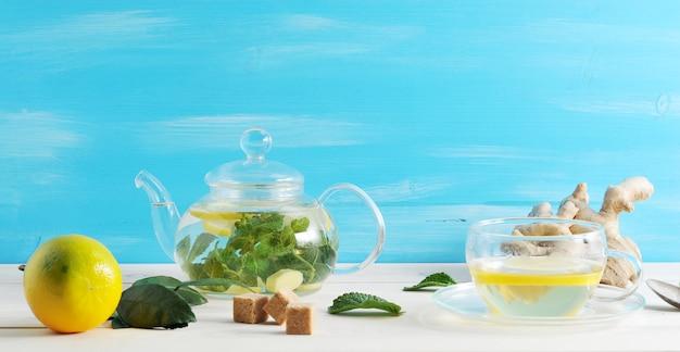 Herbata z cytryną, imbirem i miętą w szklanym pojemniku