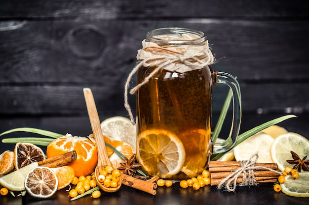 Herbata z cytryną na czarnym tle
