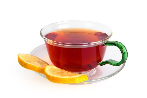 Herbata z cytryną w szklanej filiżance na białym tle