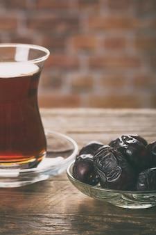 Herbata z daktylami na drewnianym stole