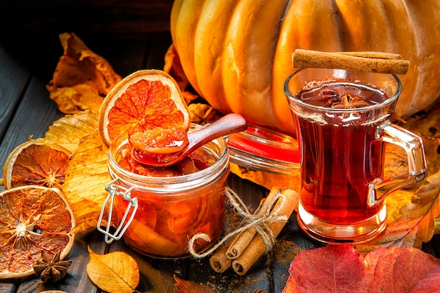 Herbata z dżemem z dyni i abrok, scena jesienna,