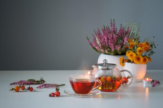 Herbata z dzikiej róży na białym stole w kuchni