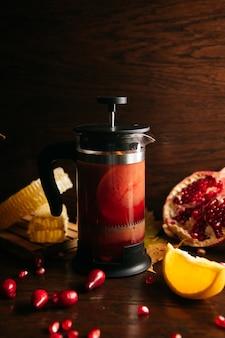 Herbata z granatów w prasie francuskiej na stole w restauracji