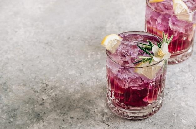 Herbata z kwiatu groszku motylkowego z cytrynowo-fioletową mrożoną lemoniadą zdrowy detoks ziołowy napój