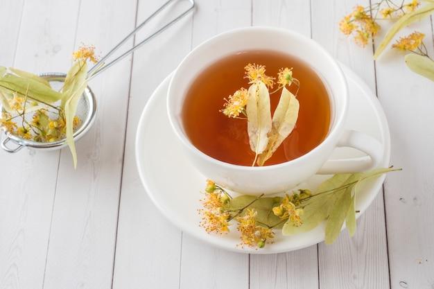 Herbata z lipą, miodem i cytryną.