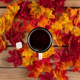 Herbata z liśćmi, widok z góry