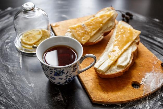 Herbata z masłem chlebowym i serem