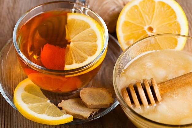 Herbata z miodem, cytryną i imbirem. koncepcja opieki zdrowotnej na zimno