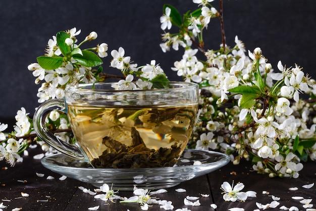 Herbata z morelowymi kwiatami i gałęziami