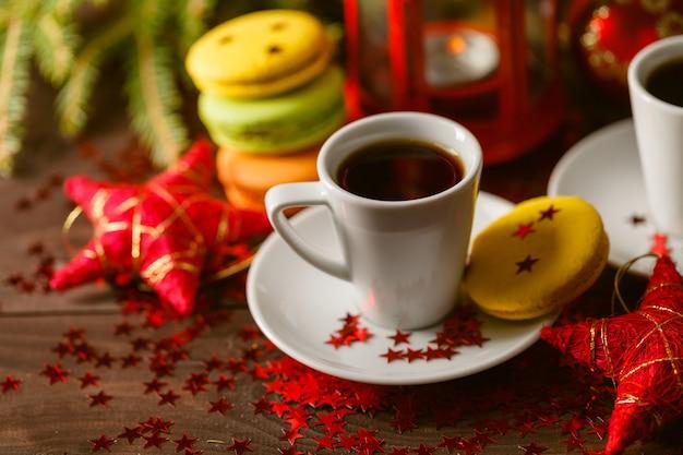 Herbata z piernika, świąteczna dekoracja z gałęzi sosny, świeca