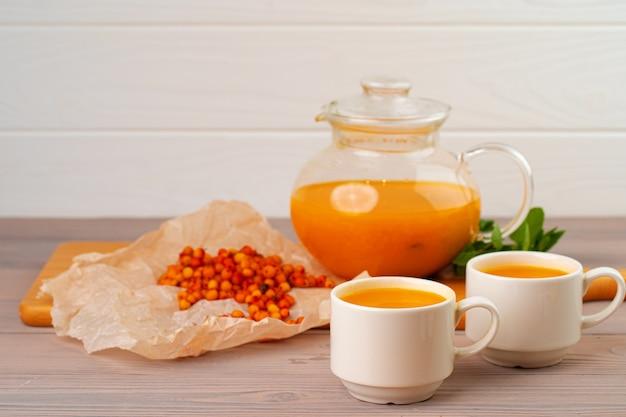 Herbata z rokitnika podawana na drewnianym stole z bliska