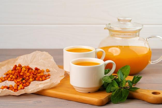 Herbata z rokitnika podawana na drewnianym stole