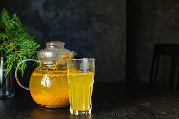 Herbata z rokitnika w imbryku i filiżance na stole