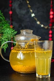 Herbata z rokitnika w imbryku i przezroczystej filiżance na stole