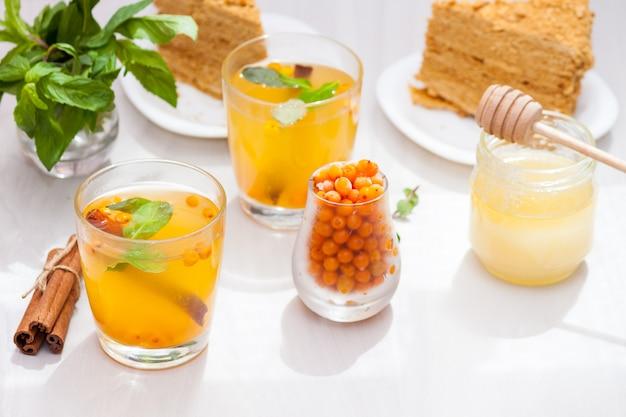 Herbata z rokitnikiem, miętą, miodem, cynamonem, miodem medovik.