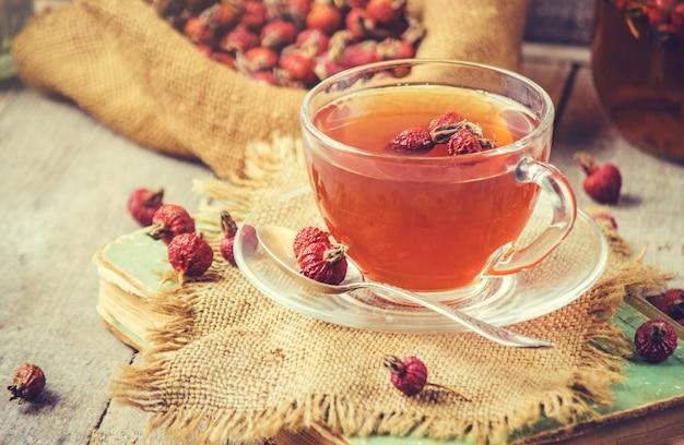 Herbata z różą dla psa. selektywna ostrość.