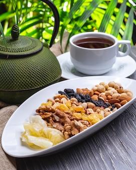 Herbata z suchych orzechów owocowych rodzynki suchego ananasa widok z boku