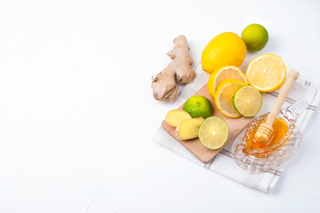 Herbata z ziołami, cytryną i imbirem na białym tle i miodem