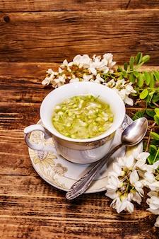 Herbata ze świeżych płatków akacji. gorący napój, medycyna alternatywna
