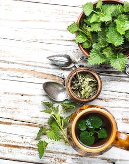 Herbata ze świeżymi pokrzywami