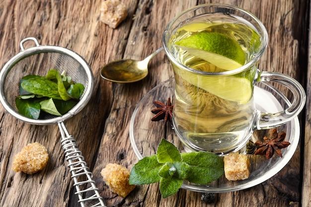 Herbata. zielona herbata z limonką, miętą i kostkami cukru