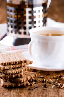 Herbata ziołowa i świeże ciasteczka
